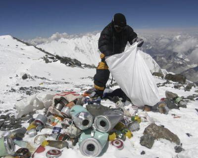 Recogen 8,5 toneladas de basura y deshechos en el Everest