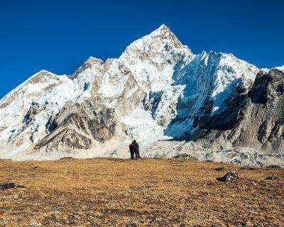 Una periodista catalana y un sherpa publican un libro para impulsar la recuperación del Everest