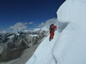Nuestros escaladores ascienden a la cima del Nuptse por la cara Sur.